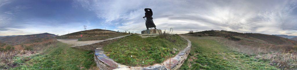Peregrino contra el viento. Alto de San Roque.